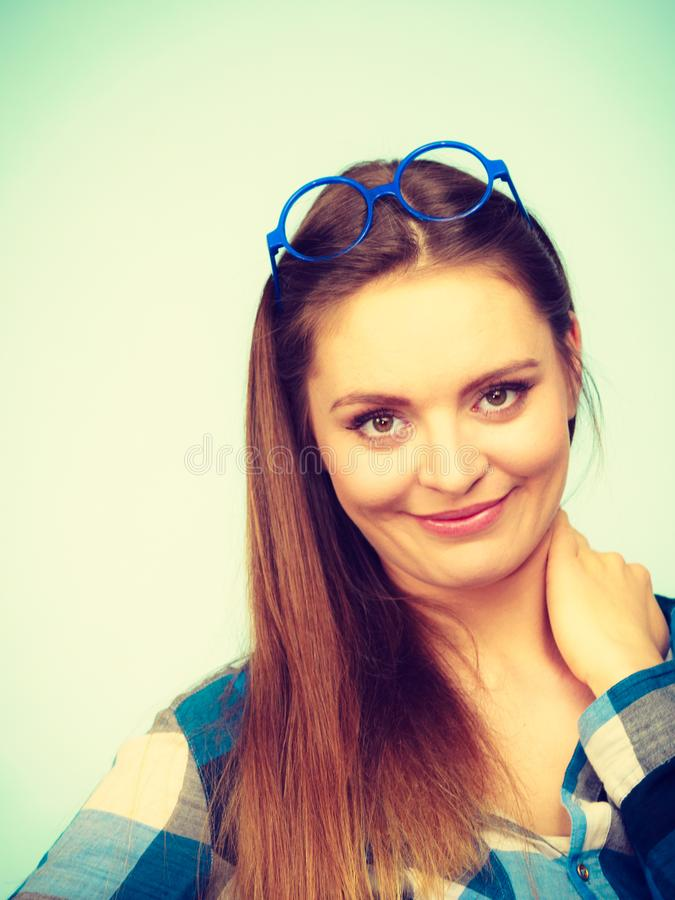 Donna nerd attraente in vetri strani sulla testa immagine stock