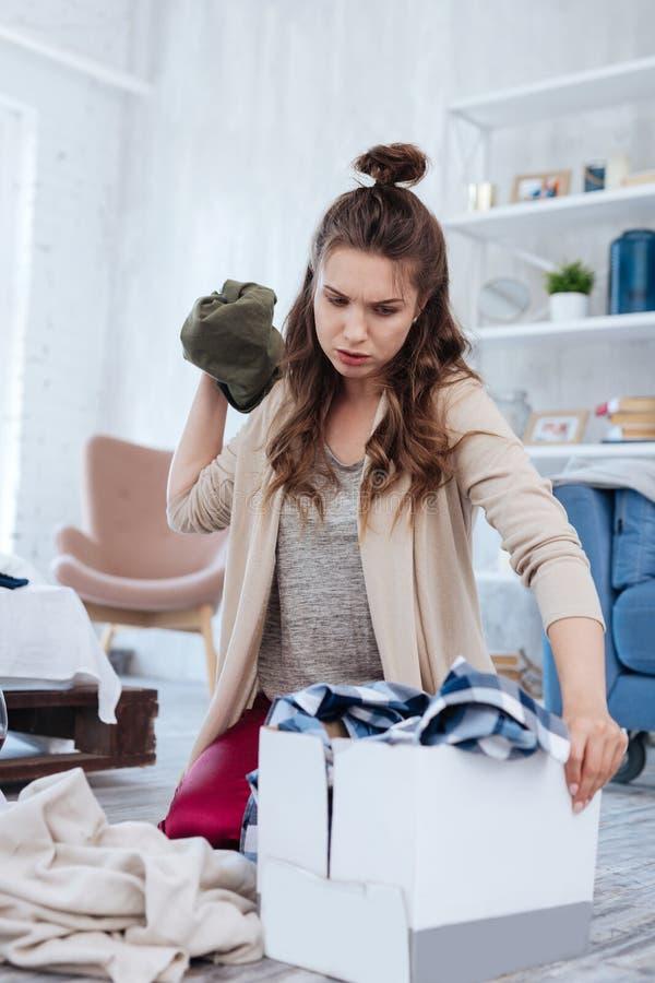 Donna nervosa che ritiene terribile dopo il divorzio spontaneo immagini stock