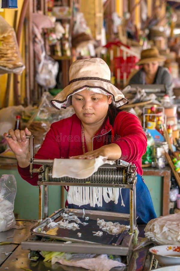Donna non identificata che produce le tagliatelle di riso fotografia stock