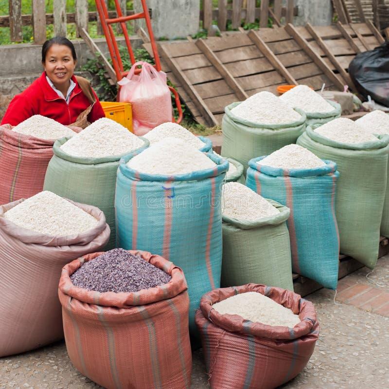 Donna non identificata che vende riso al mercato asiatico tradizionale laos fotografie stock libere da diritti