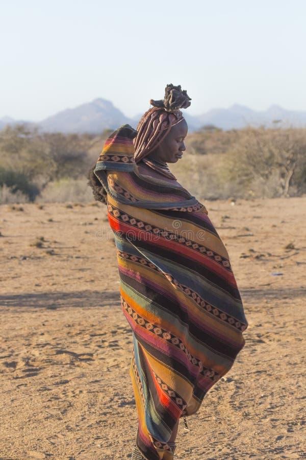 Donna non identificata dalla tribù di Himba, Namibia fotografia stock