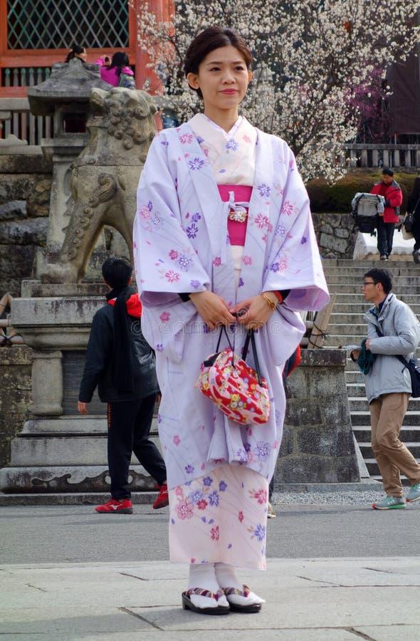 Donna non identificata vestita in un kimono immagine stock