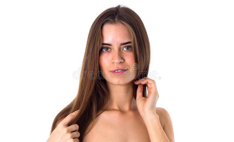 Donna nuda che tocca i suoi capelli lunghi fotografie stock