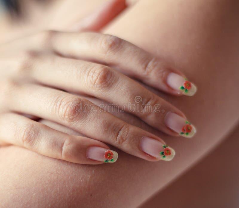 Donna nuda di giovane bellezza della mano del primo piano che copre il suo seno fotografie stock