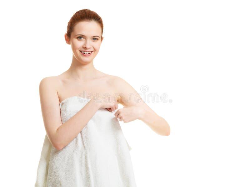 Donna nuda felice in asciugamano dopo il bagno immagini stock libere da diritti