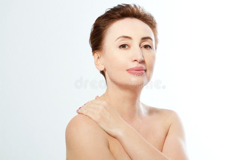 Donna nuda isolata su fondo bianco Concetto antinvecchiamento Giorno di madre fotografia stock libera da diritti