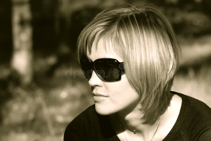 Donna in occhiali da sole fotografie stock libere da diritti