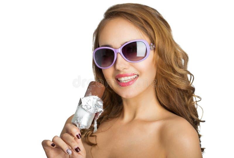 Donna in occhiali da sole con il gelato fotografie stock