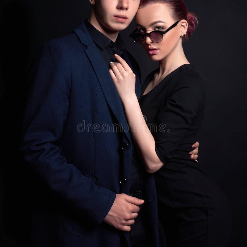 Donna in occhiali da sole ed in uomo in vestito fotografia stock