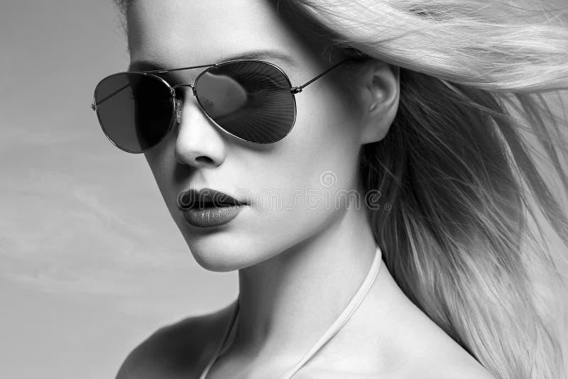 Donna in occhiali da sole Ragazza bionda di estate immagine stock