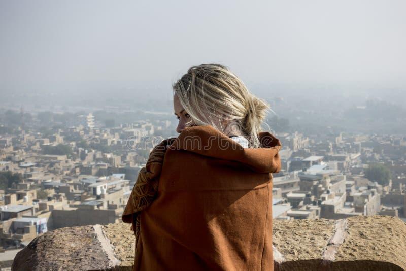 Donna occidentale che esplora la fortificazione di Jaisalmer, Ragiastan, India immagine stock
