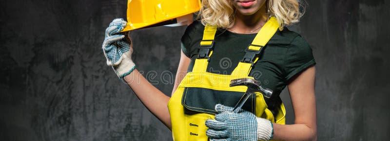 Donna orizzontale potata del costruttore di immagine con il casco protettivo immagini stock libere da diritti