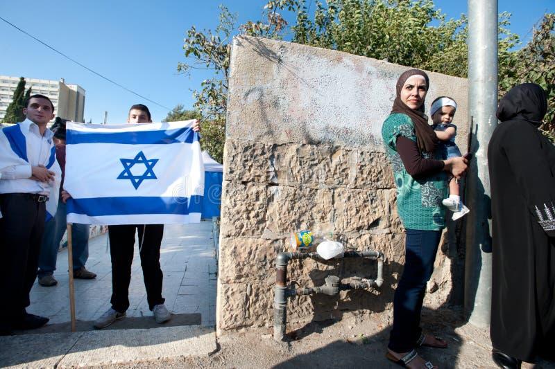 Donna palestinese e coloni israeliani fotografia stock libera da diritti