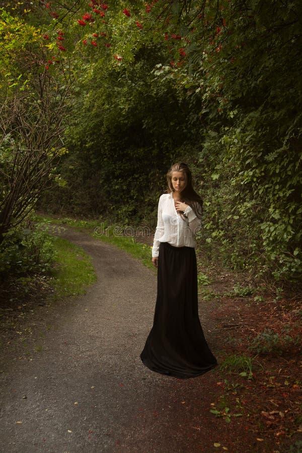 Donna in pannello esterno lungo nero fotografia stock libera da diritti
