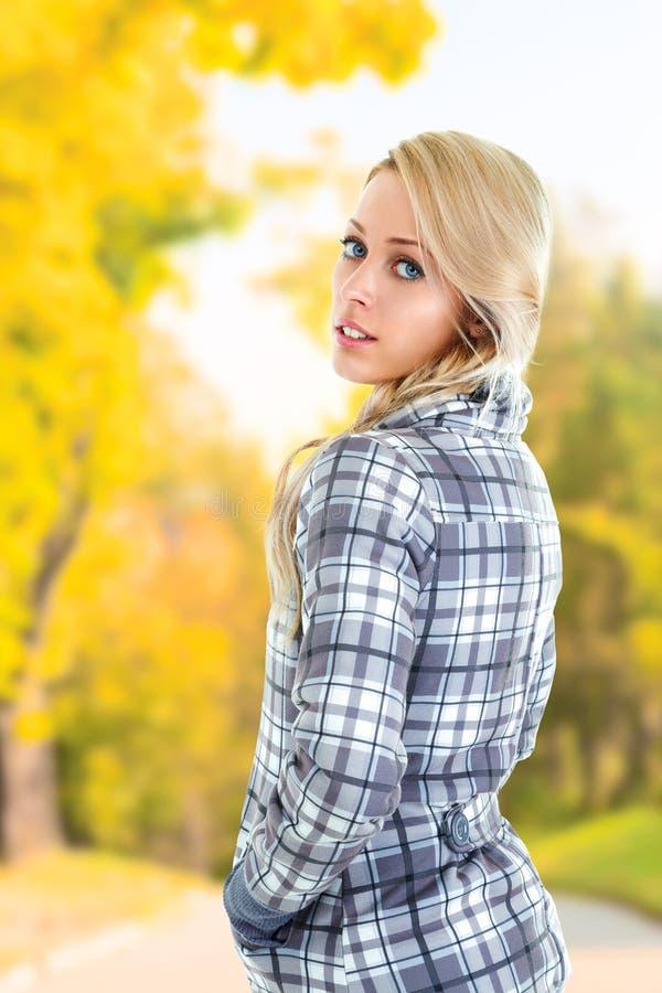 Donna in parco fotografie stock