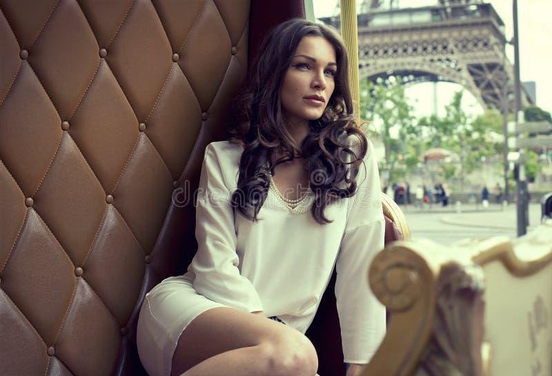 Donna a Parigi immagini stock