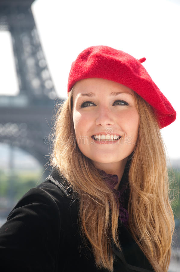 Donna a Parigi con il berreto rosso immagini stock