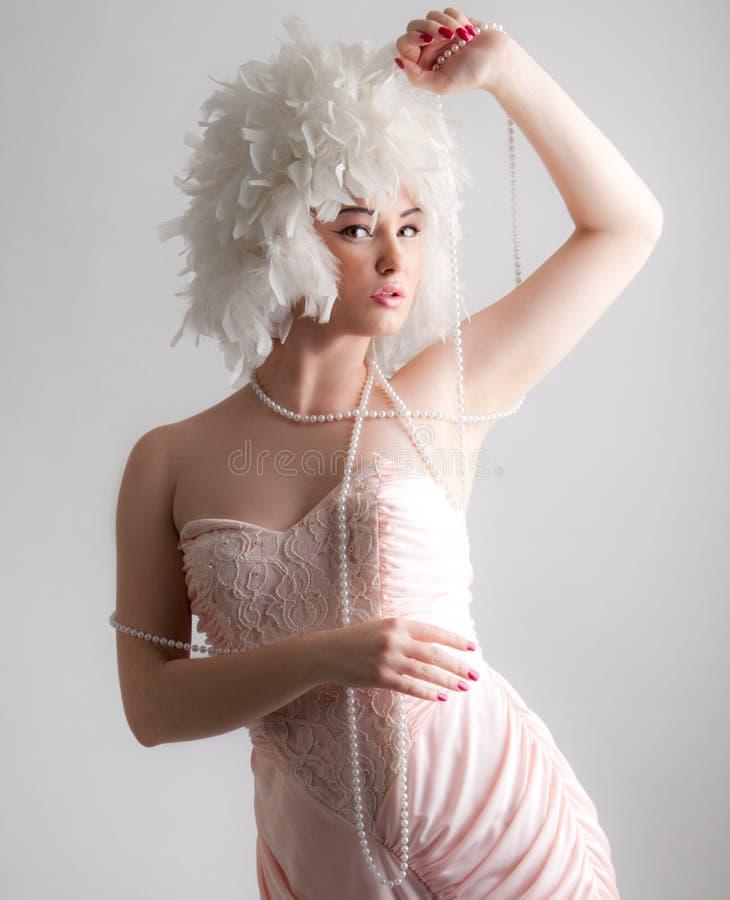 Donna in parrucca splendida che gioca con le perle immagini stock libere da diritti