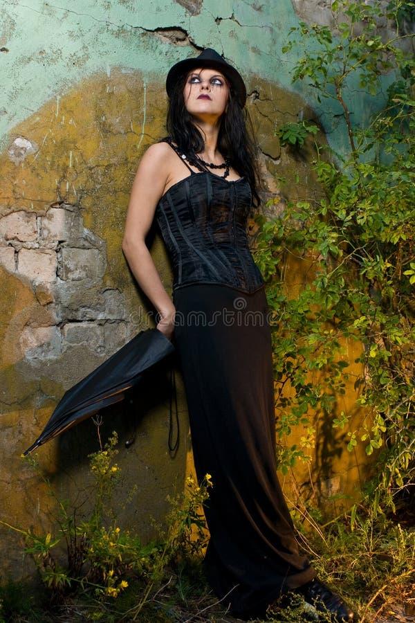 donna pendente della parete del goth fotografia stock libera da diritti