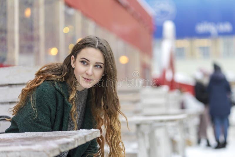 Donna pensierosa alla tavola nell'inverno immagini stock libere da diritti
