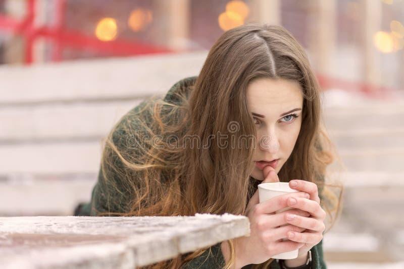 Donna pensierosa con caffè fotografia stock libera da diritti