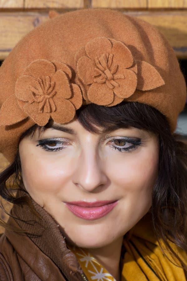 Donna pensierosa in un cappello marrone fotografia stock libera da diritti