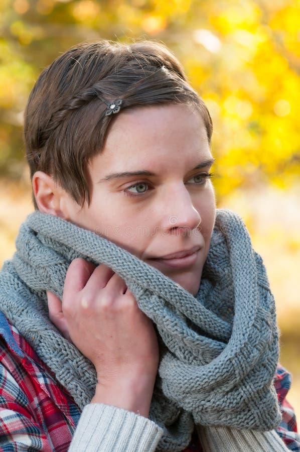 Donna Pensive in sciarpa calda di inverno immagine stock libera da diritti