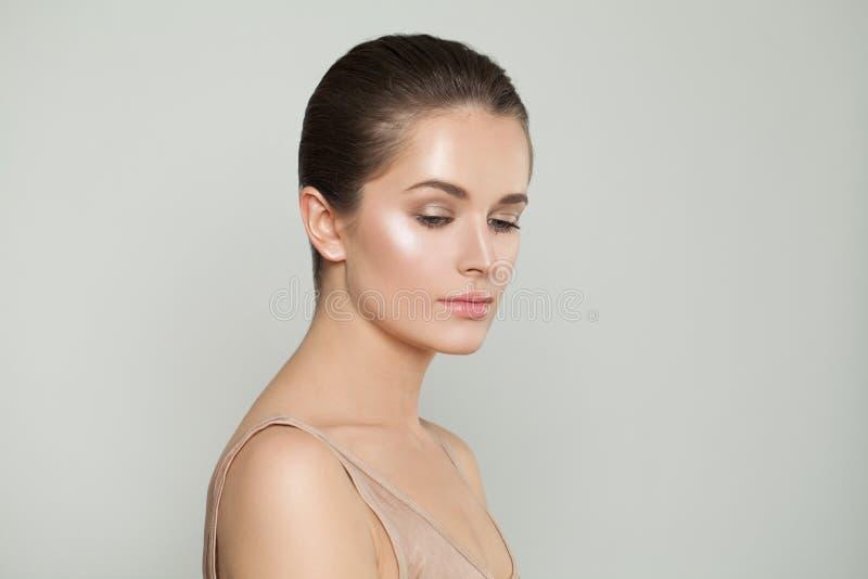 Donna perfetta con pelle perfetta Skincare e concetto facciale di trattamento immagini stock