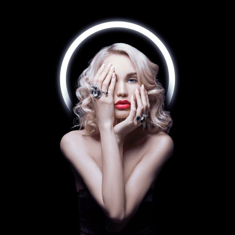 Donna perfetta del ritratto su un fondo nero Bei occhi, cura pulita della pelle, del fronte e di capelli di bellezza naturale For fotografia stock libera da diritti