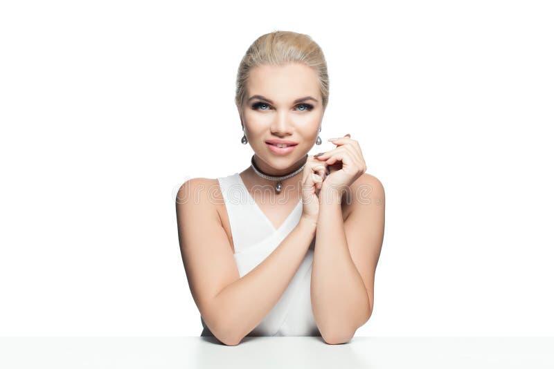 Donna perfetta isolata su fondo bianco Modello d'argento dei gioielli con la perla nera immagine stock