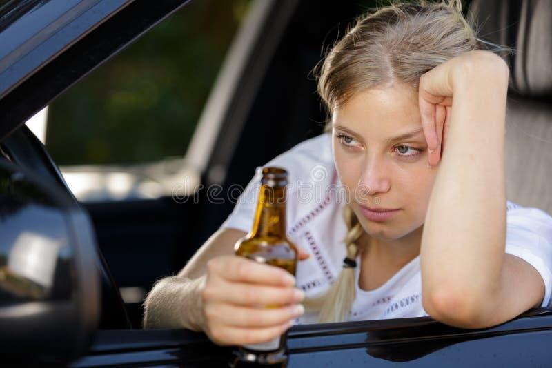 Donna pericolosa ubriaca sulla strada fotografia stock
