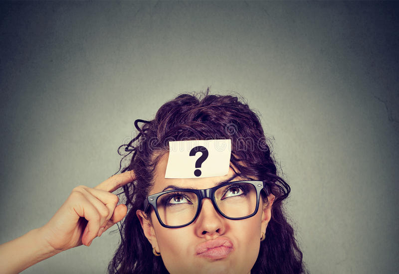 Donna perplessa di pensiero con cercare del punto interrogativo fotografie stock