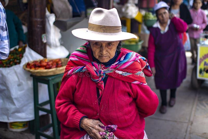 Donna peruviana anziana con il fronte corrugato e l'abbigliamento difficile fotografie stock