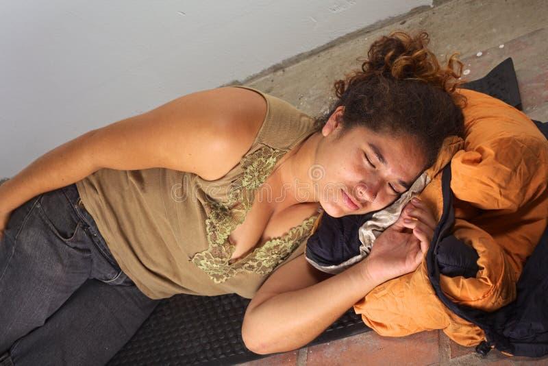 Donna peruviana che accovaccia immagine stock