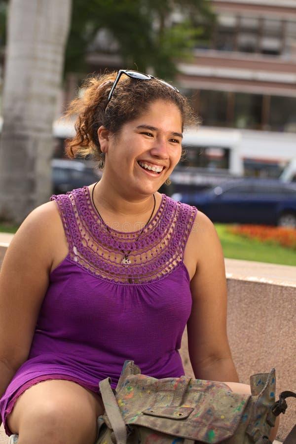 Donna peruviana sorridente dei giovani fotografie stock