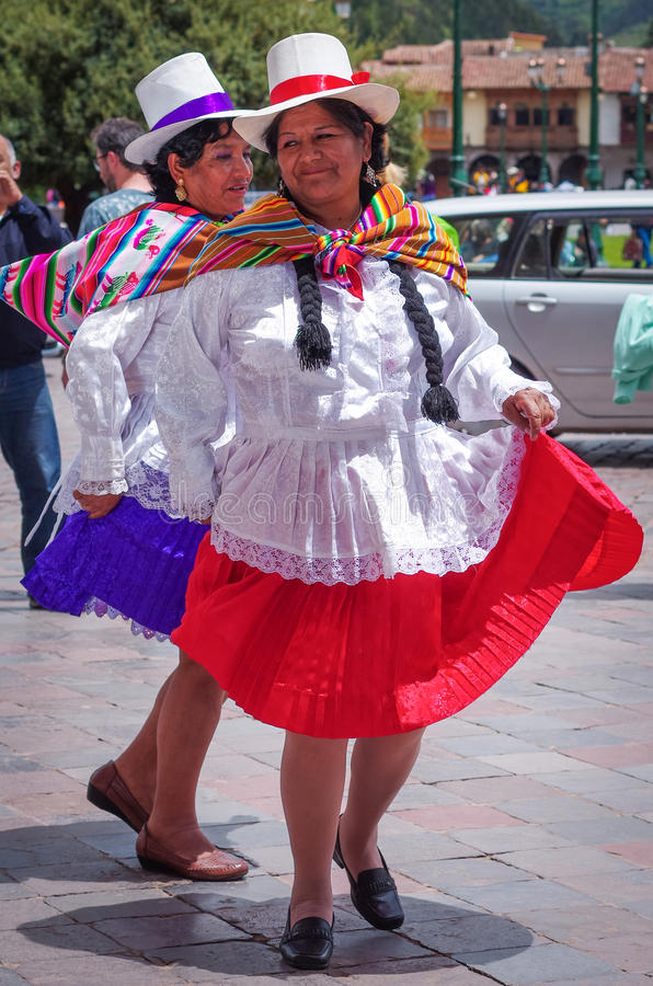 Donna peruviana in vestiti tradizionali che ballano sulla via in Cuzco, Perù immagine stock libera da diritti