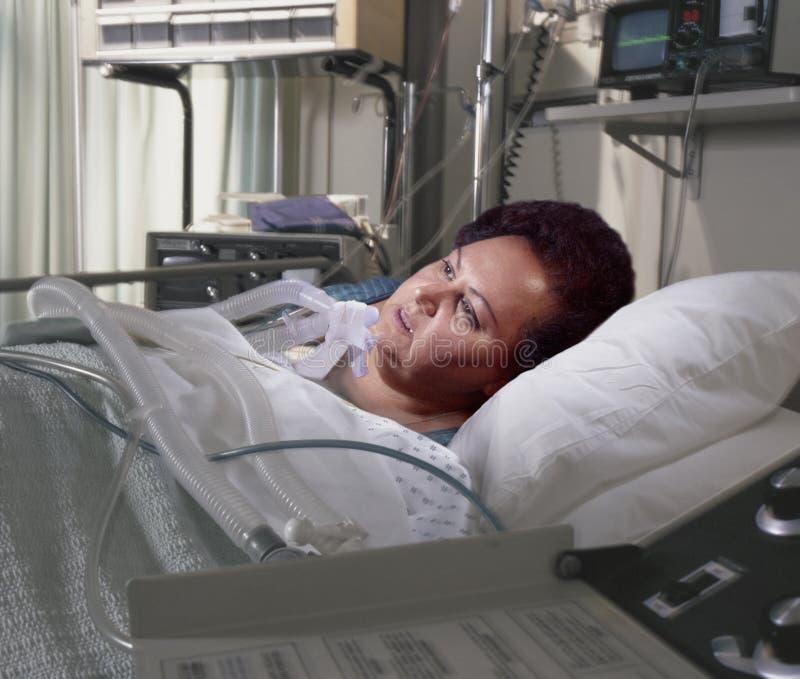 Donna pesante nel letto di ospedale fotografie stock