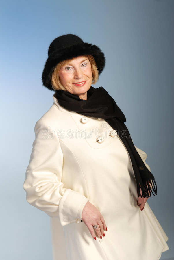 Donna più anziana attraente in cappotto & cappello di inverno fotografia stock
