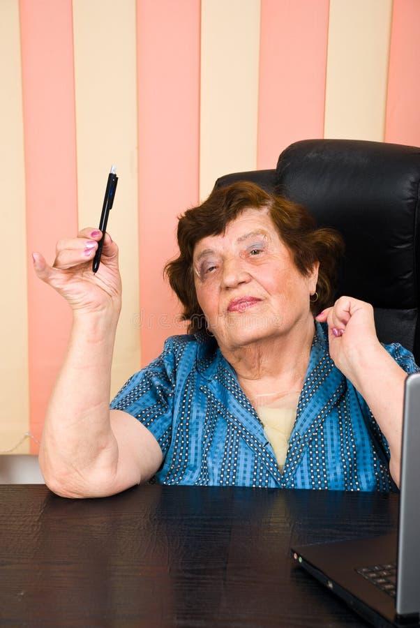 Donna più anziana di affari che tiene una matita immagini stock libere da diritti