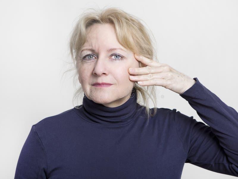 Donna più anziana di ringiovanimento del viso immagine stock