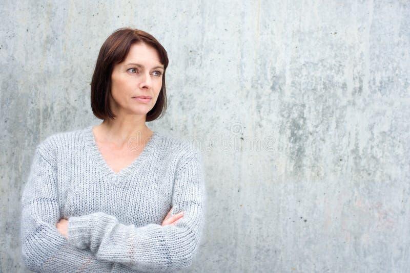 Donna più anziana in maglione della lana fotografia stock libera da diritti