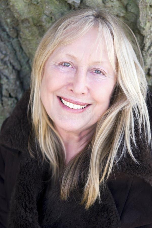 Donna più anziana sorridente felice fotografia stock libera da diritti