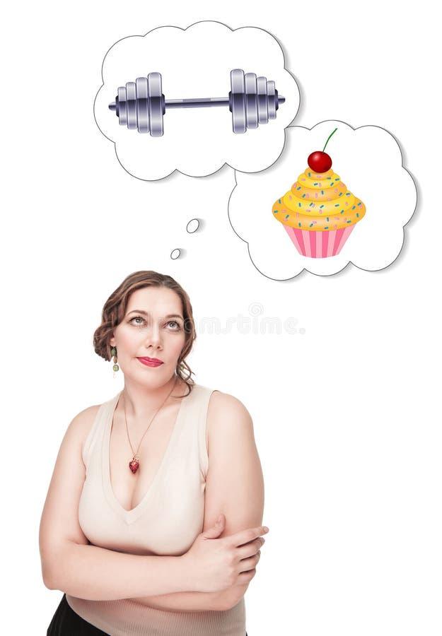 Donna più di dimensione che opera scelta fra lo sport e l'alimento non sano immagini stock
