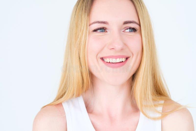Donna piacevole allegra di sorriso felice del fronte di emozione fotografia stock libera da diritti