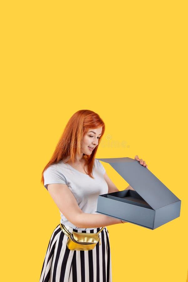 Donna piacevole piacevole che apre la scatola fotografie stock libere da diritti