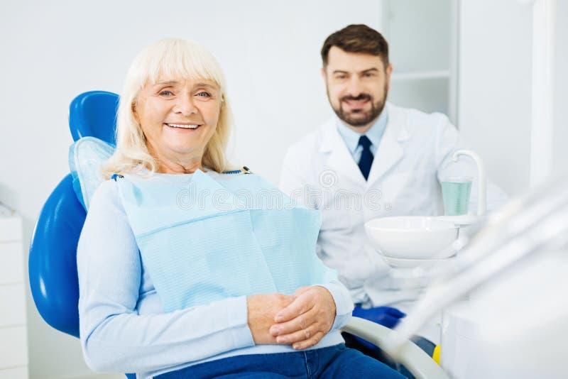 Donna piacevole che si siede sulla sedia dentaria immagini stock libere da diritti