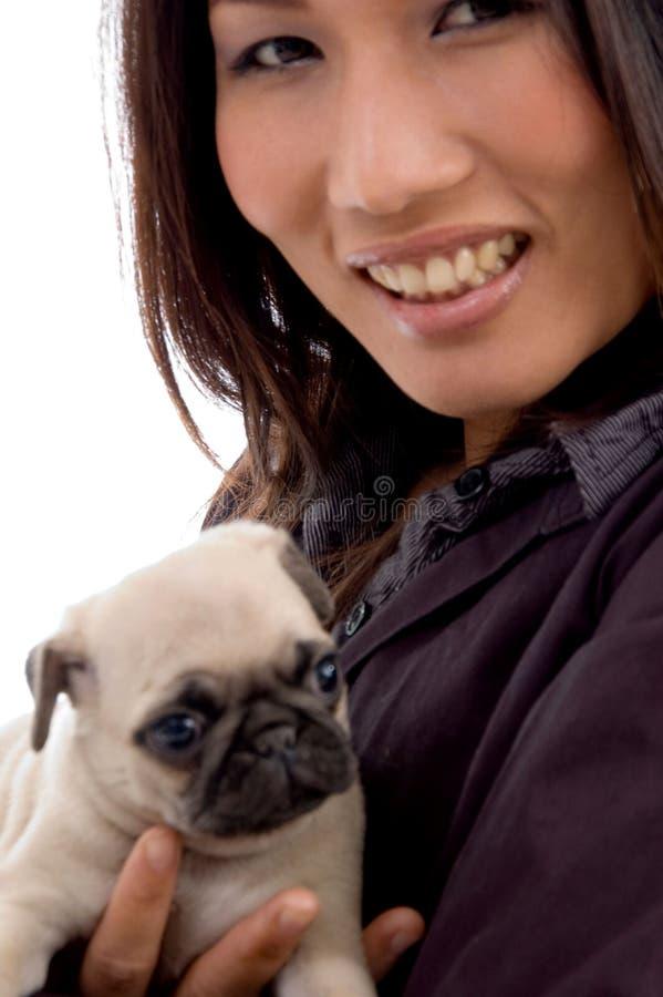 Donna piacevole con il cucciolo sveglio fotografie stock