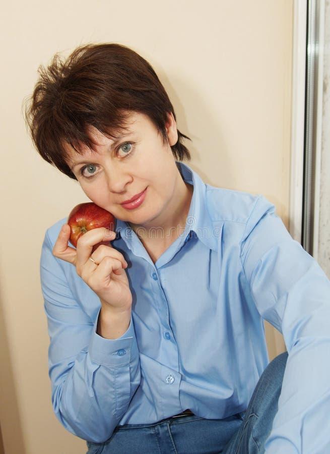 Donna piacevole con la mela immagini stock libere da diritti