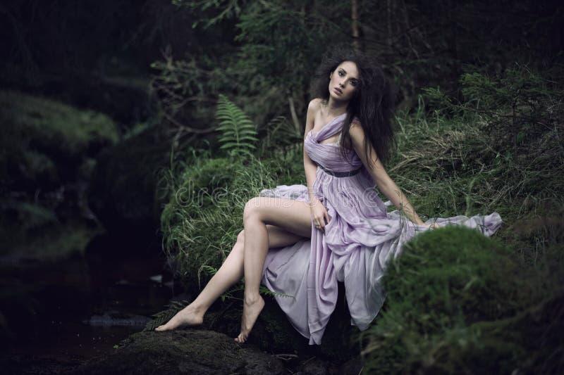 Donna piacevole nel paesaggio della natura fotografia stock libera da diritti