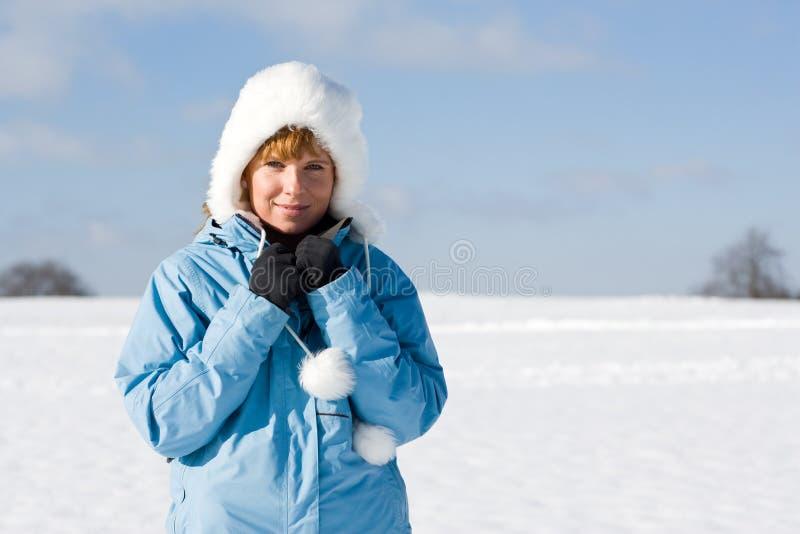 Donna piacevole in neve fotografia stock